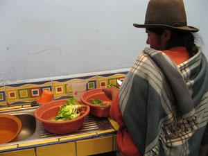 Préparation d'un repas avec des légumes du potager dans l'école de Matinga (Cusco - Pérou)