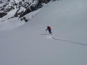 Unberührter Schnee auf der endlosen Abfahrt in die Schneiderau ( 2000 Höhenmeter)