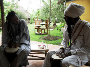 ... excellents chanteurs et percussionistes que l'on voit ici accueillant leurs hôtes.