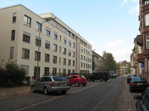 Stânga: căminul de bătrâni Luisenheim, clădirea nouă