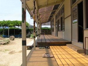 縁側50センチ 濡れ縁2メートル。分厚い杉板を敷き詰めたら豪華な応接デッキ。