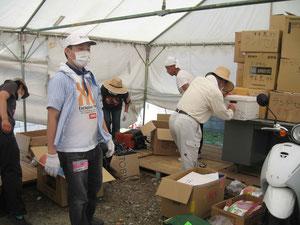 ボランティアセンターの物資倉庫整理