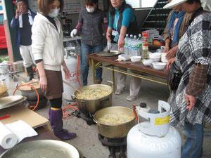 炊き出し用の豚汁作り