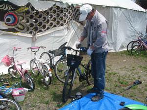 自転車を修理するスタッフ