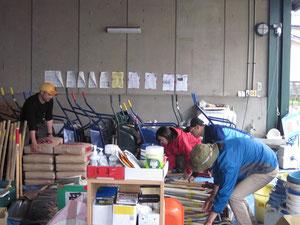 雨なのでスタッフで資材の片づけ作業
