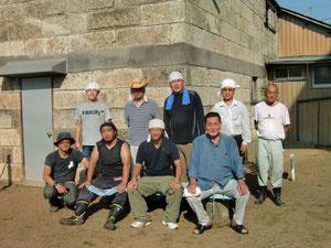 作業に参加した船引場汐留地区の区長さんと記念撮影(区長:右下)