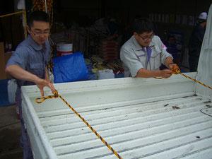 トラックで物資・資材を運ぶためのロープワーク練習