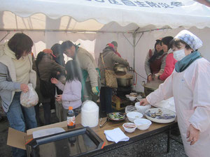 お雑煮を作る地元婦人会の方々
