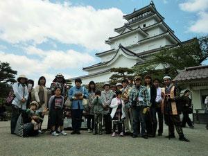 鶴ヶ城前で記念撮影