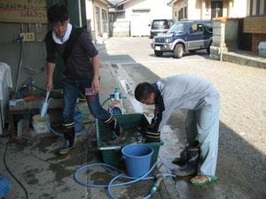 資材を洗うボランティアさん