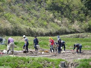 三崎公園付近の田んぼのゴミ拾い