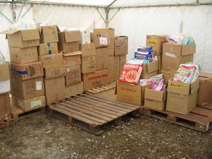 整理された物資テント