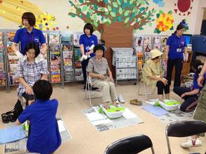 九州看護福祉大学による足湯提供のケアサロン