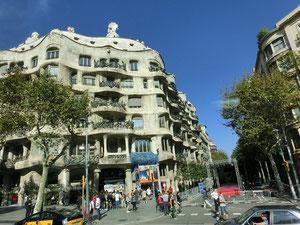 スペイン到着~!! いたる処に、ガウディの作品が!すばらしでしょう♪デカクして見よう~\(◎o◎)/