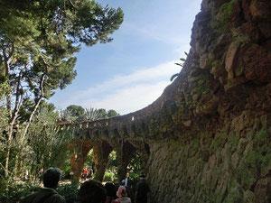 これは回廊です。回廊の上はナント遊歩道。周りに植えられている松の木の幹をイメージしたんだとか。