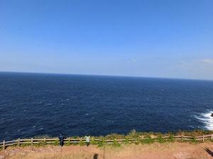 大バエ灯台からの景色だよ。空の青と、海の青!絶景っす。 あ♪アキ兄とタロくんだ!