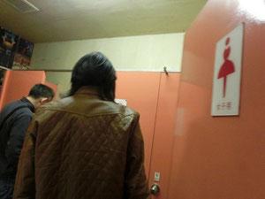 お!スプロケ兄さん、女子トイレに潜入~。キャー、なんか、ワクワクしよろ?