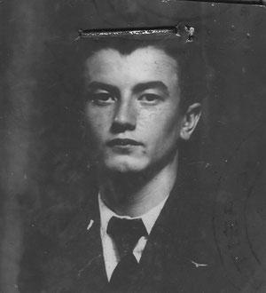 mon père en juin 1940  on distingue l'insigne de l'aéroclub du Rhône sur son revers gauche