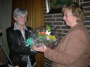 2. Vorsitzende Karin Willer (li) gratuliert Doris Lorenz zur Wiederwahl