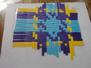 Réalisation du tartan avec des bandes de papier.