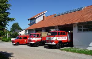 Ehemalige Fahrzeuge der FF Kayna vor der Fahrzeughalle