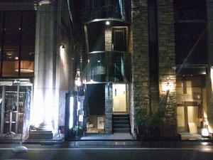 ビルを正面に、左手が晴海通りです。歌舞伎座の正面入り口が見えます。