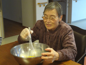 「こ~やって、混ぜんの(^^)」と          手慣れた手つきで卵を溶きほぐします。