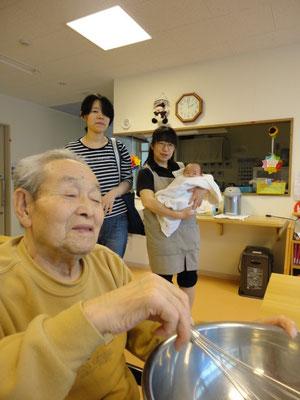 「う~ん、いい声だ~」と、赤ん坊の鳴き声を聞きながら卵を混ぜる利用者様(^^)