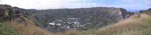 Krater von Rano Kau - mit Siedlung am rechten Rand