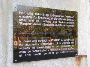 Gedenktafel für die Zwangsarbeiter und KZ-Häftlinge, die beim Bau leiden und sterben mussten.