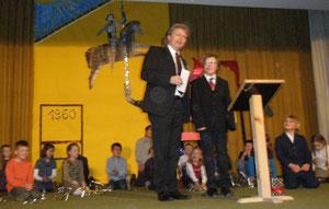 Bürgermeister Bereska übergibt dem Schulleiter von 1960 einen ansehnlichen Scheck, sehr zur Freude des jetzigen Schulleiters