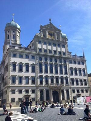 これがアウグスブルグの市庁舎!広場では地べたに座る人がたくさん!