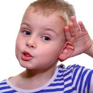 Bub mit Hand hinter dem Ohr