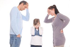 Eltern schauen auf Kind