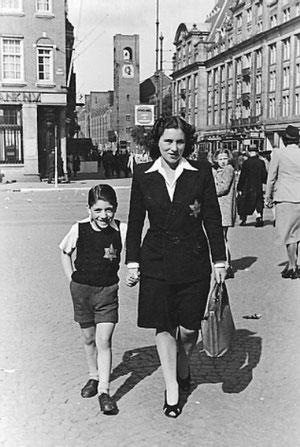 """Wolfgang an der Hand seiner Mutter kurze Zeit vor der Deportation nach Auschwitz, den """"Judenstern"""" an ihrer Kleidung"""