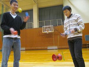 ボールを操る回遊(左)とディアボロ(中国ゴマ)を操る洲崎(右)