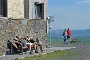 """Sonne genießen vor der """" Kissinger Hütte """". Quelle: Arnulf Müller"""