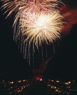 ......mit großem Feuerwerk.