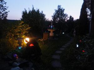 Am Abend bieten wir unseren Gästen einen bunt beleuchteten Garten.