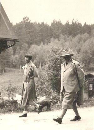 Gerhart Hauptmann und Frau Margarete beim Wandern (Aufnahme O.Weddigen)