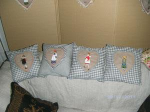 quatre coussins de 20X20 avec des poupées en appliqué...