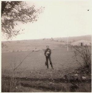 La même époque avec Kiki dans les bras (chiot de trois mois) et derrière Pollux...au fond à droite la grande bergerie(750m2)