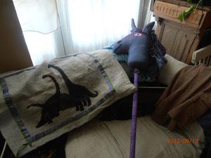 la licorne à chevaucher! A côté le nouveau coussin dinosaures pour Harri