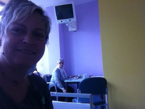 Meine Mutti (im Hintergrund) und ich (bloggend) kurz vor ihrer Heimreise