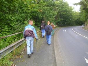 Bufdis und AGH-Teilnehmer auf dem Weg zur Arbeit