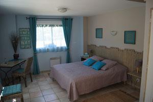La chambre Juliette vous offre tout le confort : grande chambre avec literie 160 x200, salle de douche et WC séparés, minifrigidaire.