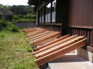 製材された材木を本堂脇で乾燥