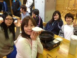すき焼きは4人1組で自分達でつくります! みかまろしほみゆ