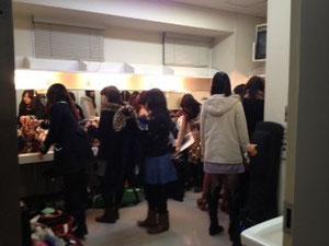 流石元女子大。女子更衣室はパンパンです