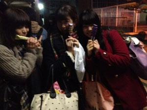 サックス1年女子はバス停でお菓子を配るサンタさんに(*^_^*)